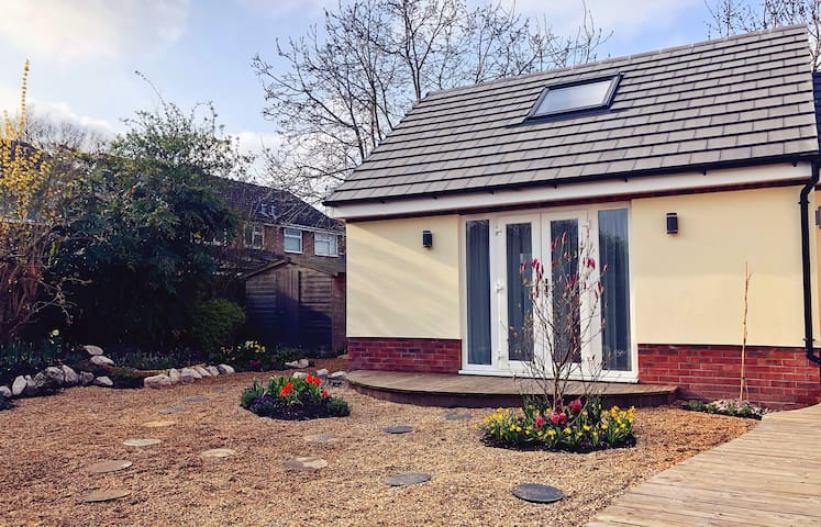 1 Kingsize bedroom semi-detached bungalow