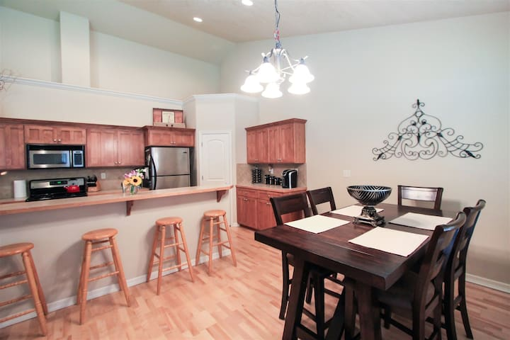 Breakfast bar and dining table seating