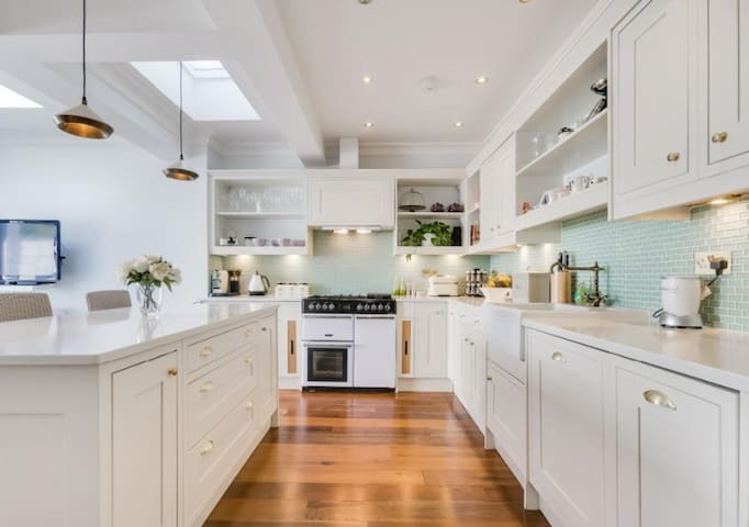 Bright and Airy Terrace in Beautiful Barnes