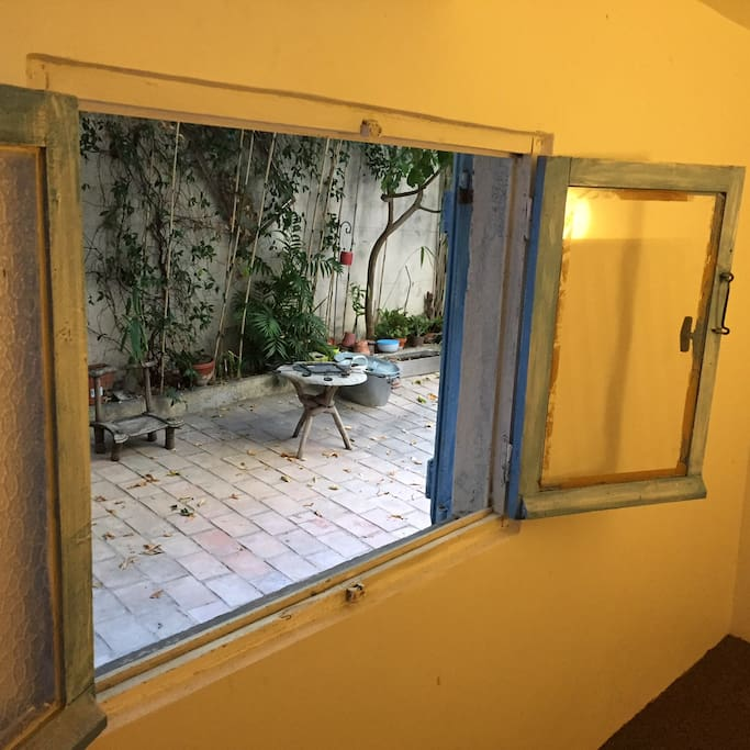 Petit Atelier dans la cour extérieure donnant sur une cour extérieure (non incluse dans la location)