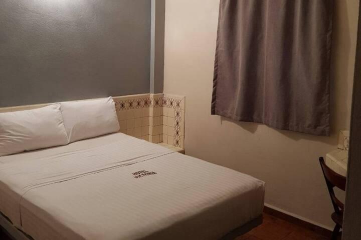 L) Hotel centrico, cuarto con baño privado.
