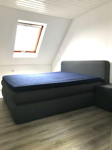 Privat-Zimmer mit King Size Bett TV & WLAN