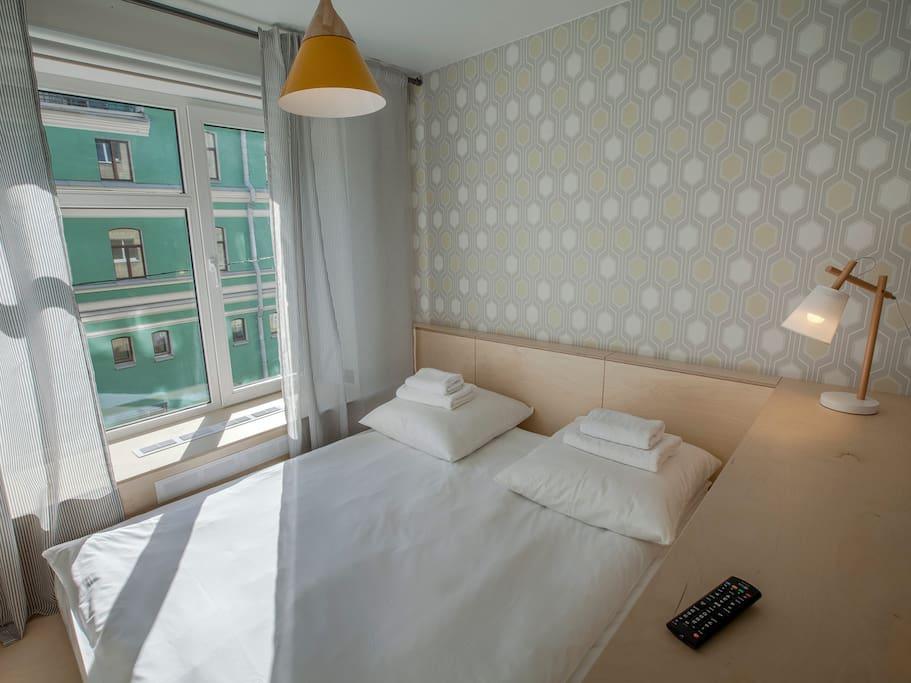 Двуспальная кровать, вид из окна на театр БДТ