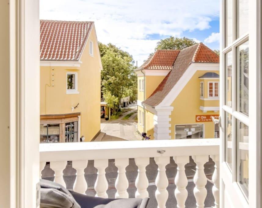 Fin lille altan med kig over hovedgaden og  Skagen Museeum.