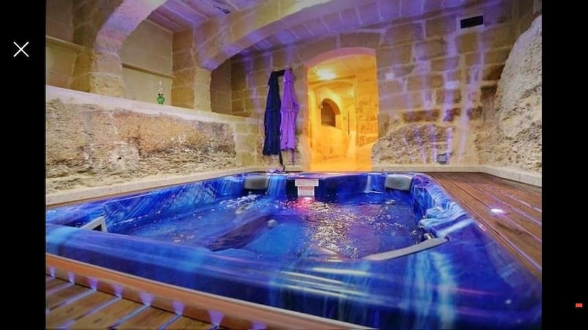 Comfortable House w/ Luxurious Jacuzzi, AC + Gym