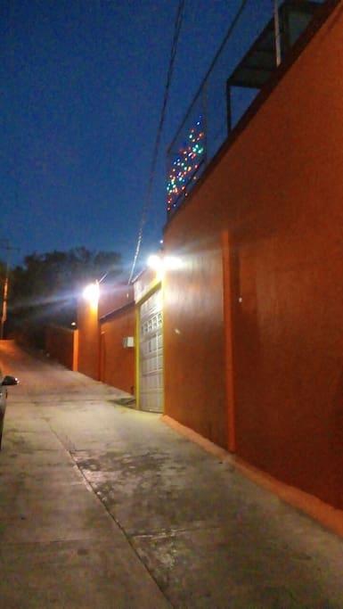 Fácil acceso y buena iluminación externa nocturna.