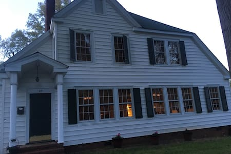 Spacious Vintage Home in Historic Downtown Concord - 康科德(Concord) - 獨棟