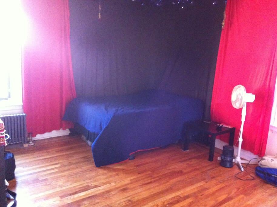 Large Bedroom w\Queen Bed (Casper Mattress)