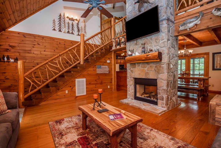 ♥NEW LISTING! Cozy Mountain Cabin-Fireplace WiFi♥