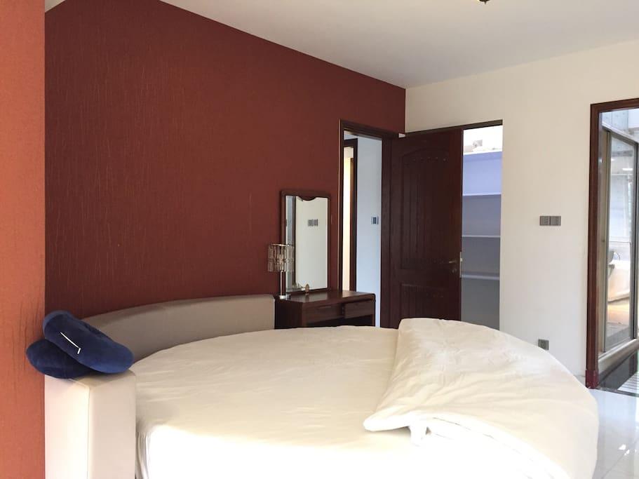 独享全海景浪漫圆床房,连同卫生间达40平方米。