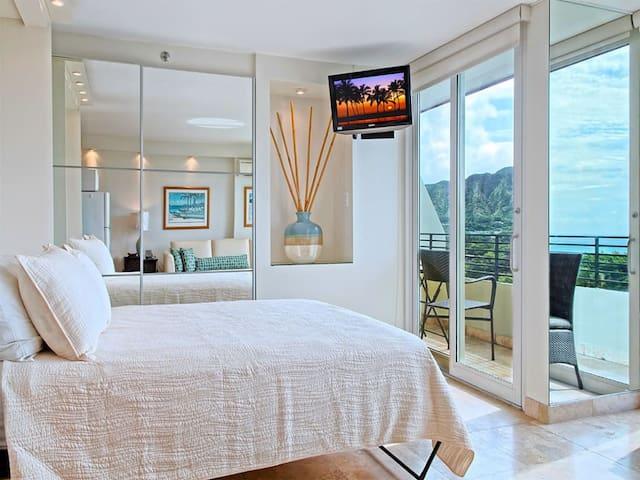 Studio w/2 Private Ocean & Diamond Head View Lanais! AC, WiFi, Kitchenette–Waikiki Grand 912