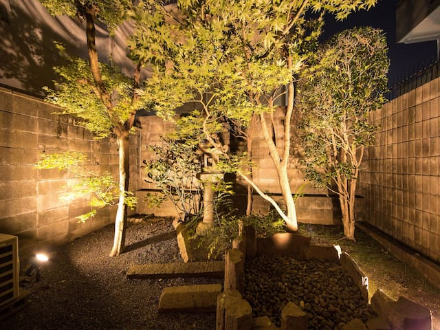 View of the Garden Suite. Cherry blossoms will bloom from late March to early April.  There are many Sakura sights.  Traditional Japanese style room with Garden View Suite. Kyoto Shijo Area.