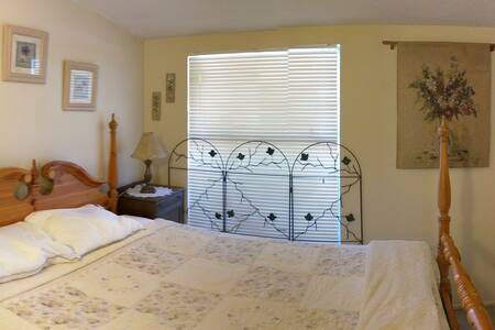 College Park home, off street parking - Costa Mesa