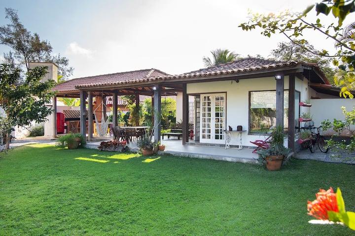 Linda casa com duas suítes e um quarto, em condomínio, em Manguinhos.