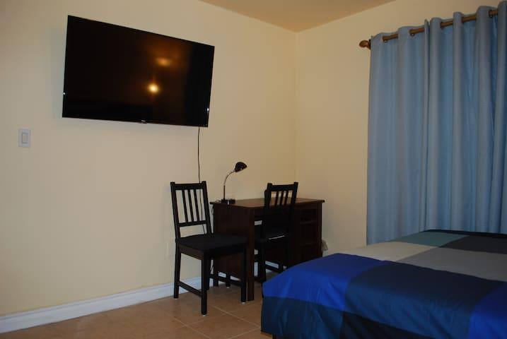 Room 4/ parking/ pvt bth/ 4K TV/ near Universal