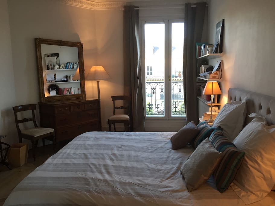 chambre haussmannienne 5 me tage balcon guesthouses for rent in paris le de france france. Black Bedroom Furniture Sets. Home Design Ideas