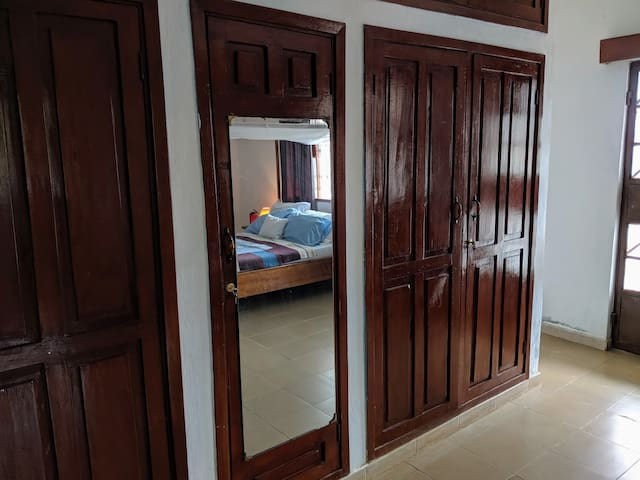 Extra-large wardrobe to store all of your belongings