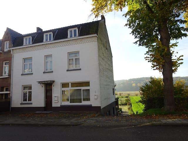 Houthem-St.Gerlach (Valkenburg) Ruim appartement - Valkenburg - Casa