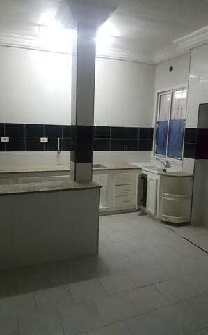 Étage de villa : Entré, salon, trois chambres... - Tunis - Condo