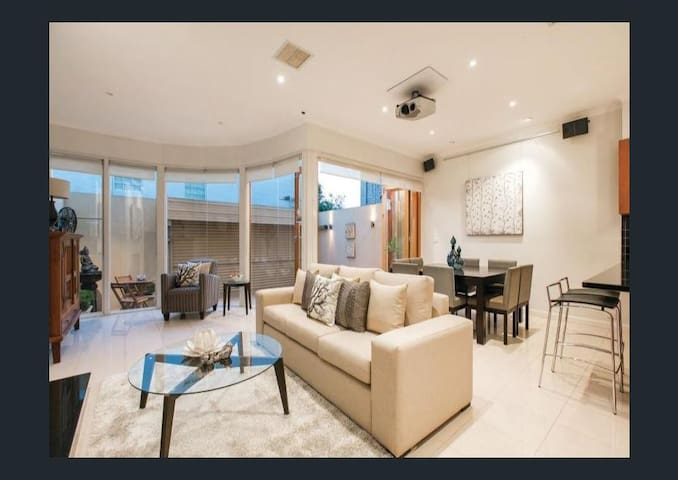 10 Minutes Walk to Grand Prix - South Melbourne - House