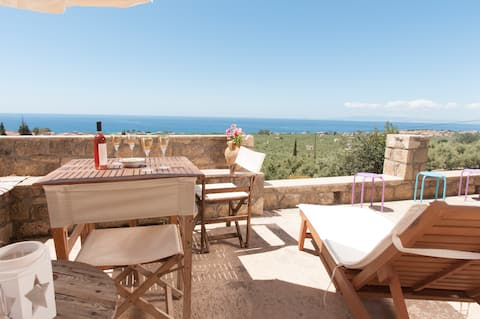 Calming stay and panoramic views just 3min to sea.