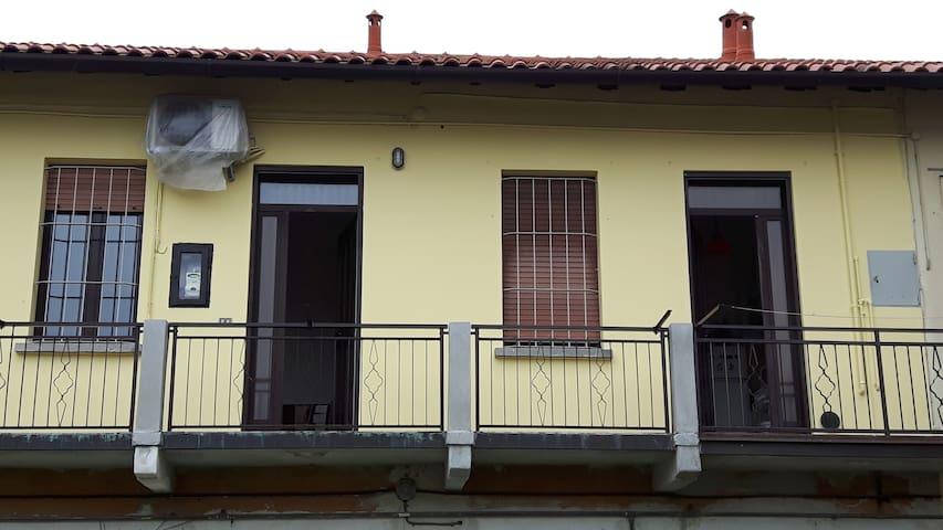 Affaccio su corte interna. Ingresso riservato  (seconda porta sulla destra). La finestra con inferriata è del bagno, mentre la camera ha una finestra che affaccia sulla strada.