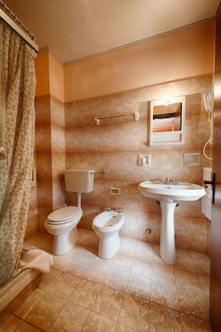 Piccolo hotel economico in Aosta, buona posizione! - Aosta - Bed & Breakfast