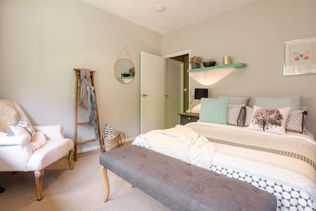 Quaint, contemporary bedroom in leafy Brookfield - Brookfield