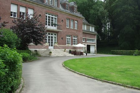 Grande chambre dans un domaine atypique - Beauquesne - Schloss
