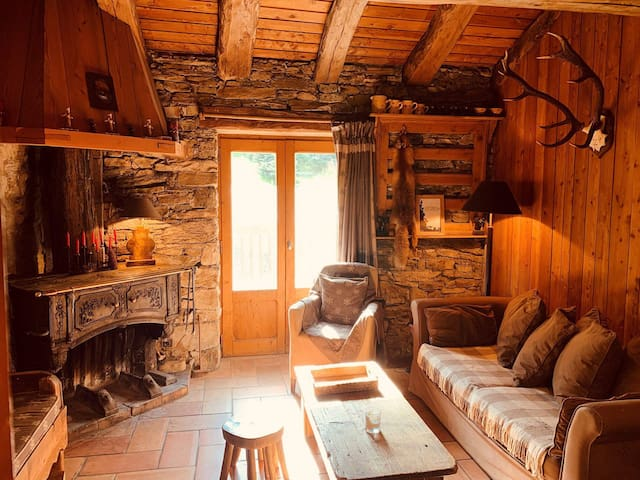 Pleasant 3 bedrooms for 4 people, typically Savoyard, situated in Val d'Isère in the Fornet hamlet, close to the lift and to the shuttle stop in Le Fornet neighbourhood