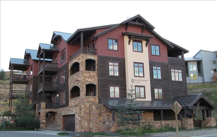 Perfect 2 BR Black Diamond Lodge unit, sleeps 6, hot tub!  Across street from slopes! - Crested Butte - Byt