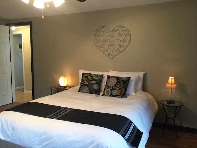 HOME OF ESPN + LAKE COMPOUNDS PARK Queen Bedroom - Bristol - Bed & Breakfast