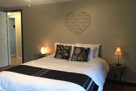 HOME OF ESPN + LAKE COMPOUNDS PARK Queen Bedroom - Bristol - Szoba reggelivel