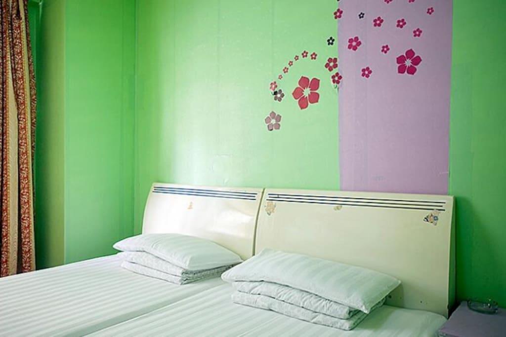 次卧二张1.2米舒适单人床