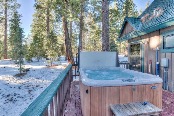 4 Bedroom Home - Backs to Forest, Hot Tub