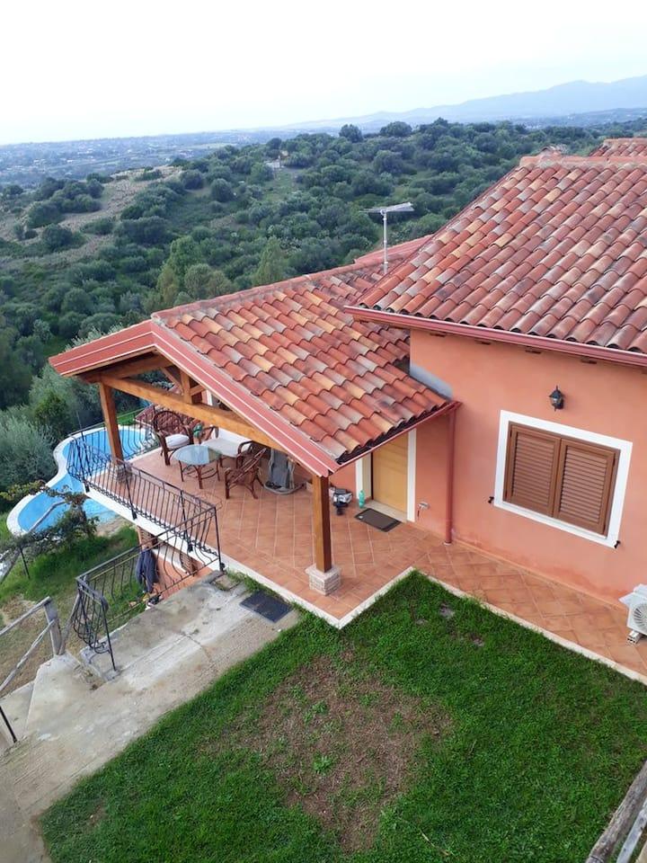 Villa con 3 stanze a Città Metropolitana di Cagliari, con splendida vista mare, accesso alla piscina, terrazza attrezzata - 2 km dalla spiaggia