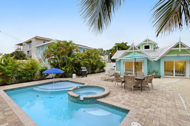 Dog-friendly home with private pool, great location near beach, shopping, dining