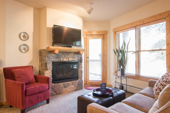 Gorgeous Upscale 1-Bedroom Condo, Walk to Lifts