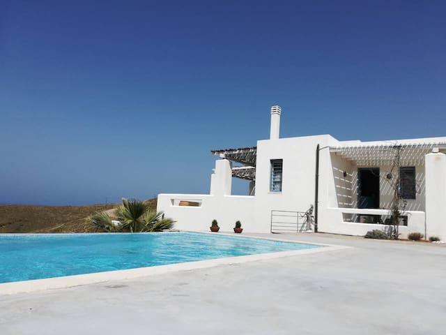 Luxury 4 bedroom-villa, pool & sunset view in Kea