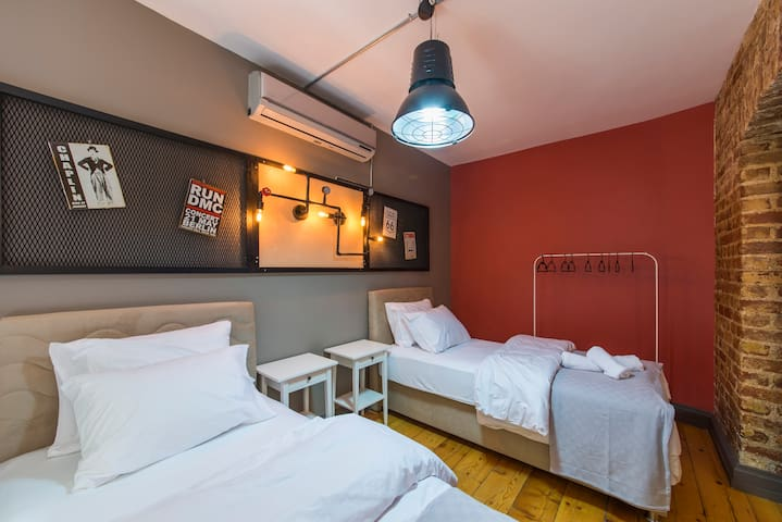 second bedroom with two single bed