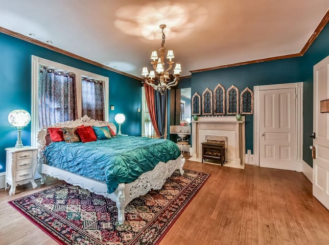 Monrovia House. Walk downtown. Breakfast Included. No Cleaning Fee.