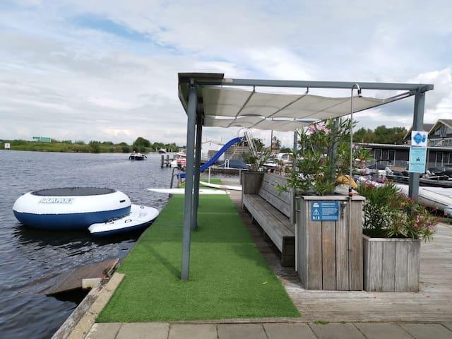 Caravan aan het water met bootje in Giethoorn