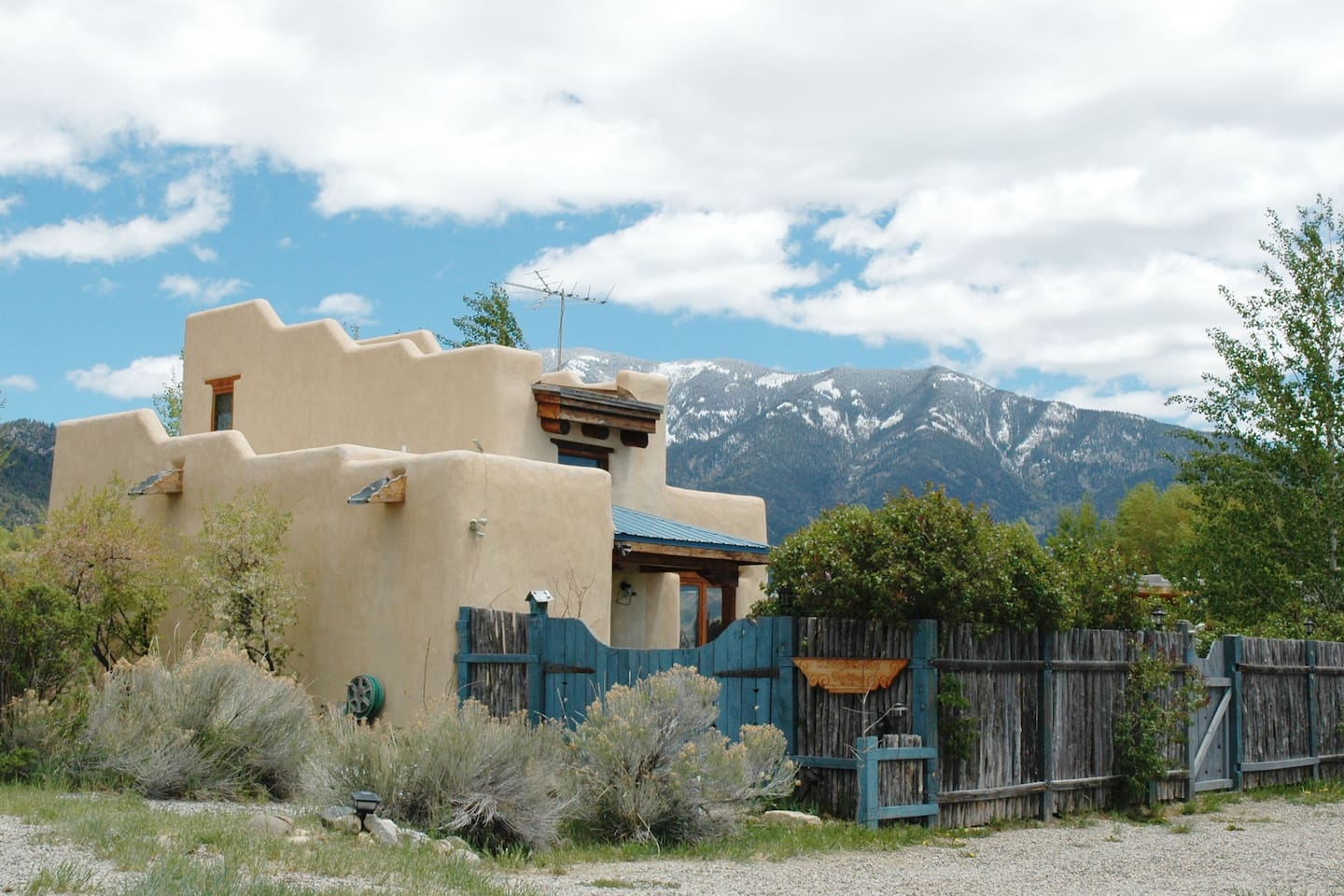 Charming little casita, blue sky and snowy mountains!