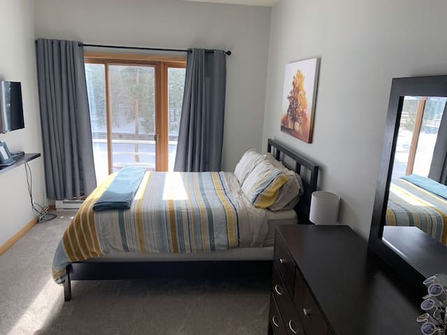 Private and cozy top floor downtown unit