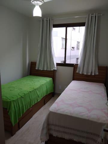 Quarto com armário, uma cama de solteiro e uma bicama