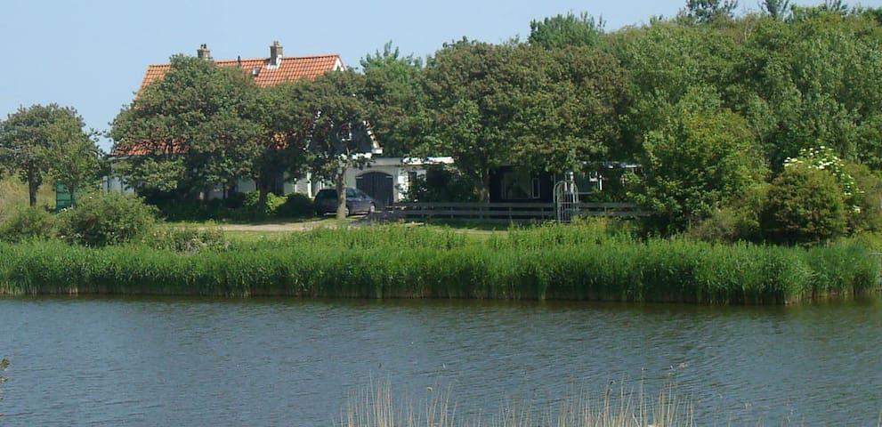 Brugwachterswoning aan water, landelijke omgeving