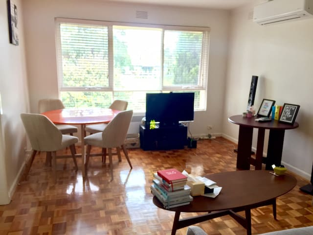 Sun Drenched Spacious Apartment - Caulfield South - Lejlighed