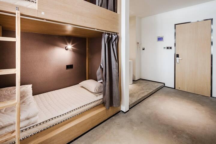 【近未来】美术馆里的旅舍|精酿酒馆&城市天台|旧厂房改造|近太古里|八人间一个女生床位