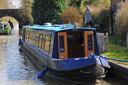 Self-contained narrowboat in picturesque setting