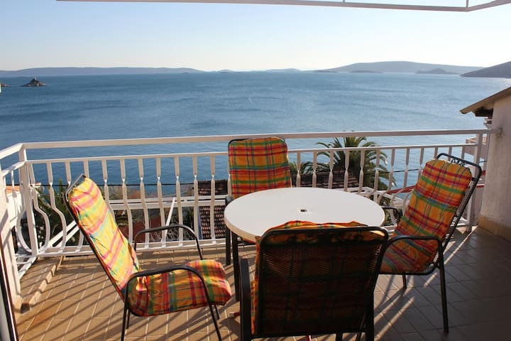 One bedroom apartment with terrace and sea view Seget Vranjica (Trogir) (A-4284-b)